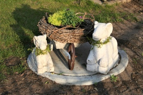 Скульптуры в качестве декора выгребной ямы